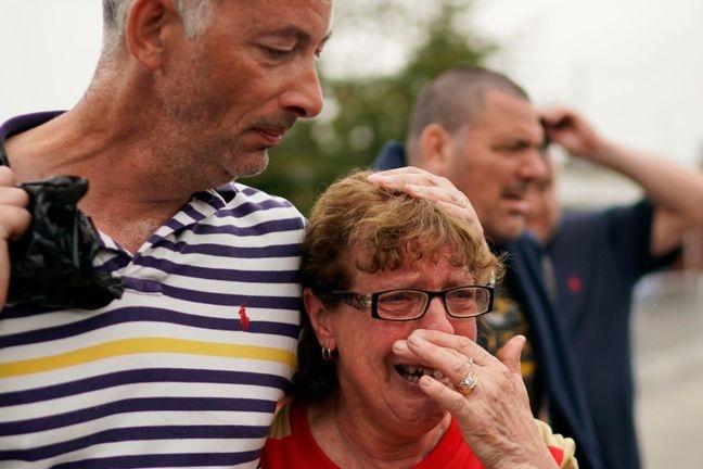 VIDEO CĐV Bury FC bật khóc khi biết CLB bị xóa sổ tại Anh hình ảnh