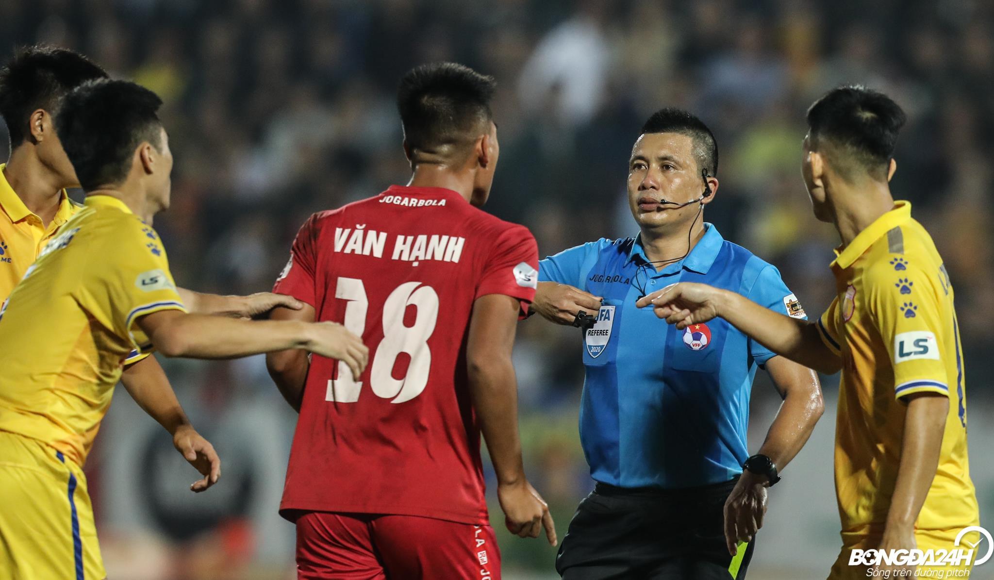 ẢNH Nhận thẻ đỏ, Nguyễn Văn Hạnh bất ngờ tấn công cầu thủ Nam Định trước khi rời sân hình ảnh gốc 2