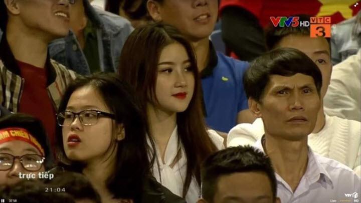 Info nữ CĐV xinh đẹp xuất hiện trên khán đài Thiên Trường hình ảnh