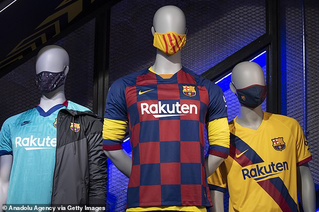 Giữa mùa dịch, Barcelona bán khẩu trang giá cắt cổ hình ảnh