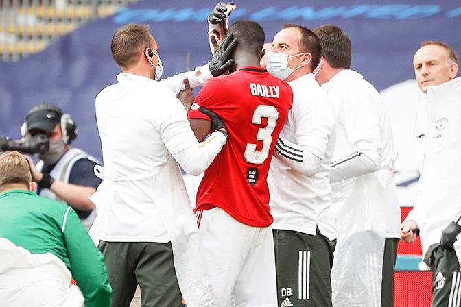 Bailly chấn thương nặng vì lao vào… Maguire, Solskjaer tung… Martial thế chỗ hình ảnh gốc 2