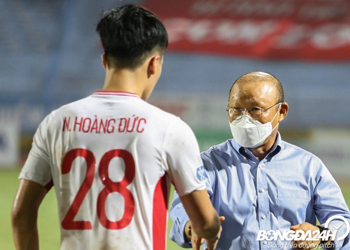 Ảnh HLV Park Hang Seo vào sân an ủi học trò Viettel hình ảnh