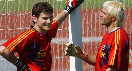 Santiago Canizares va Iker Casillas (trai) tung mot thoi than thiet trong mau ao doi tuyen Tay Ban Nha.