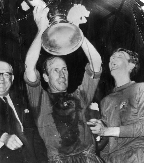 Sir Bobby Charlton va chiec Cup vo dich chau Au voi Man United nam 1968