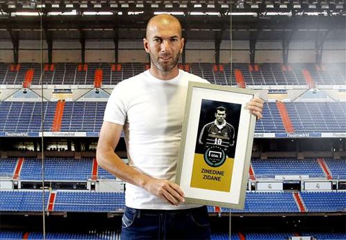 Zidane trong ngay duoc ton vinh.