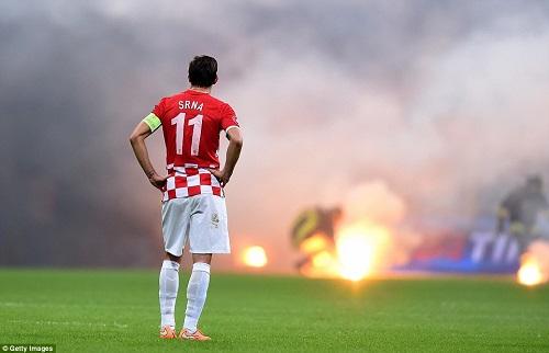Dai chien giua Italia va Croatia buoc phai hoan lai do su qua khich cua cac CDV