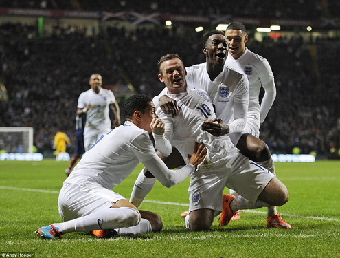 Rooney bay len may sau cu dup vao luoi Scotland hinh anh