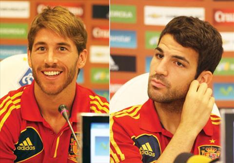 Cesc Fabregas chu dong hoa giai voi Sergio Ramos hinh anh