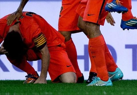 Messi bi CDV Valencia hanh hung trong tran dai chien tren san Mestalla hinh anh