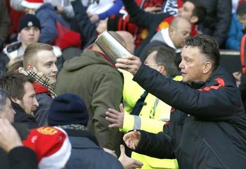 HLV Van Gaal tang qua cho fan M.U ngay Boxing Day hinh anh
