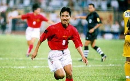 Tien ve Nguyen Hong Son an mung sau pha ghi ban vao luoi Malaysia tai Tiger Cup 1998. Anh: bongdaplus
