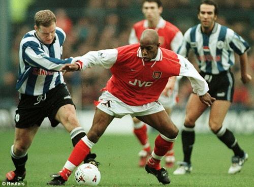 Ian Wright (ao do) khi con thi dau o Arsenal