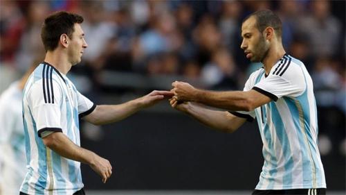 Mascherano tro thanh thu linh tham lang phia sau Messi.