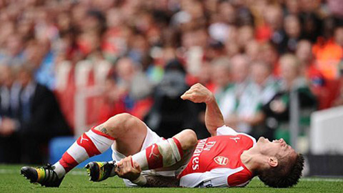 Hau ve cua Arsenal Mathieu Debuchy nghi thi dau 3 thang vi chan thuong hinh anh