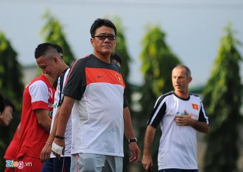 Ong Duong Vu Lam voi bang tay mau trang trong buoi tap truoc tran ban ket cua U19 Viet Nam.