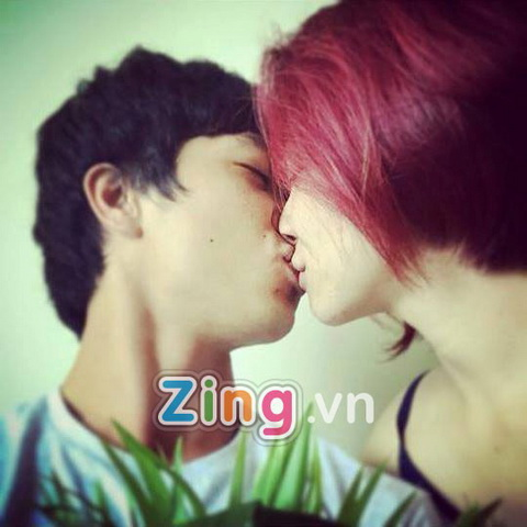 Lo anh Cong Phuong va Hoa Minzy hon nhau  hinh anh