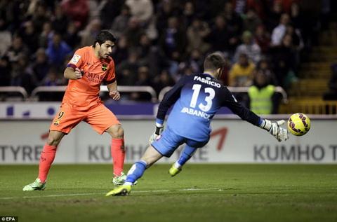 Messi thang Ronaldo, Barca tiep tuc bam sat Real hinh anh 2