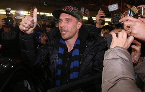 NONG Arsenal chinh thuc day Podolski sang Inter hinh anh