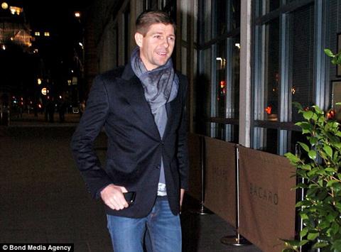 Dan sao Liverpool bu khu chuc mung Gerrard va Skrtel hinh anh