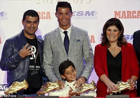 Ronaldo chinh thuc nhan giai Chiec giay vang lan thu 4 hinh anh