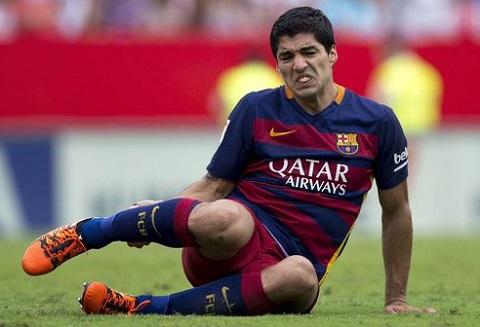 Bao chan thuong chua buong tha Barca, den luot Suarez nhap vien hinh anh