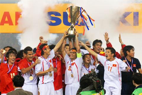 Nhan sinh nhat HLV Calisto Nhin lai chuc vo dich AFF Cup 2008 lich su hinh anh