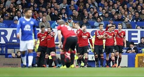 Schweinsteiger tiep tuc co mot hanh dong dep trong tran Everton 0-3 MU hinh anh
