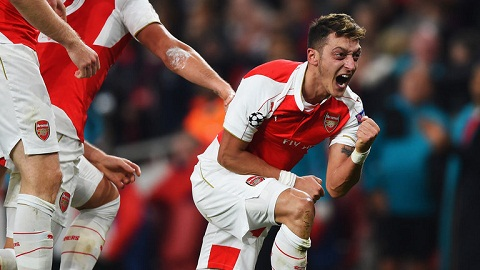 Arsenal 2-1 Everton Ozil di vao lich su Premier League hinh anh