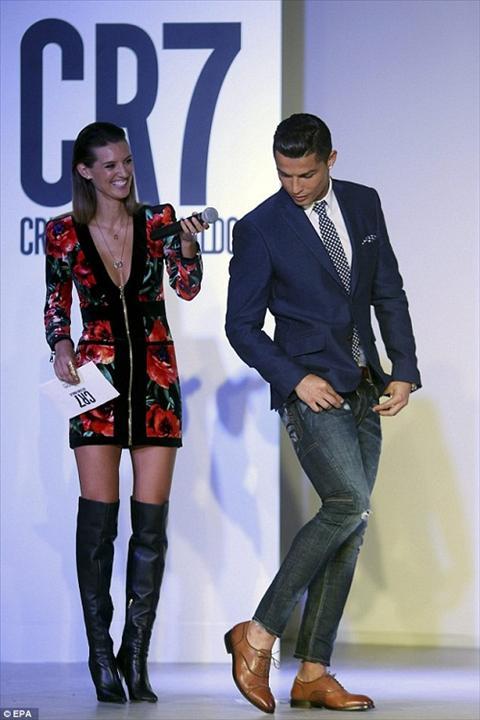 Ban ron truoc them Euro, Ronaldo van kip ra mat thuong hieu giay CR7 hinh anh 4