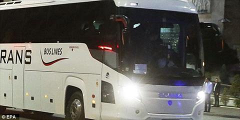 Xe bus cho DT Serbia bi CDV qua khich cua Albania nem da hinh anh