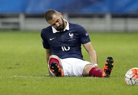 Karim Benzema dinh chan thuong lo tran dau voi PSG hinh anh