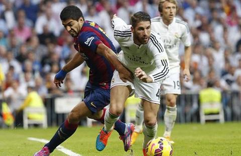 Real vs Barca El Clasico Luis Suarez hua choi dep voi Sergio Ramos hinh anh