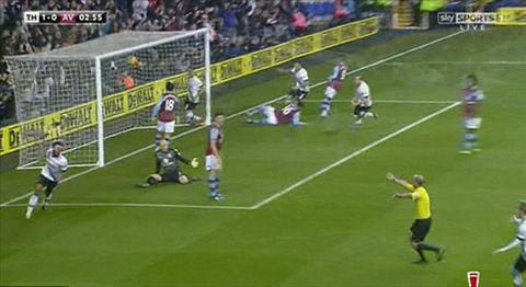 Trong tai Mike Dean  an mung ban thang cua Tottenham hinh anh