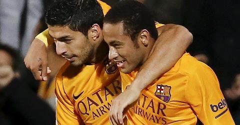 Fan nu nuc no khi duoc Neymar tang qua hinh anh