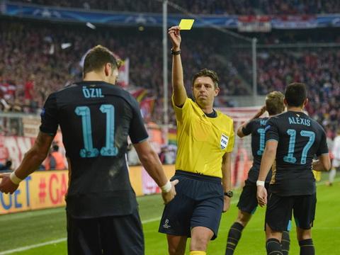 Can canh ban thang bang  tay bi tu choi cua Ozil o tran Bayern 5-1 Arsenal hinh anh