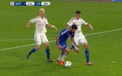 Chuyen gia Graham Poll noi gi ve phot cua Mesut Ozil va Diego Costa hinh anh 3