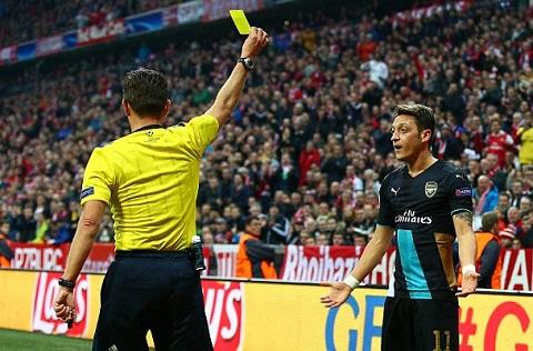 Chuyen gia noi gi ve cu phot cua Mesut Ozil va Diego Costa hinh anh 2