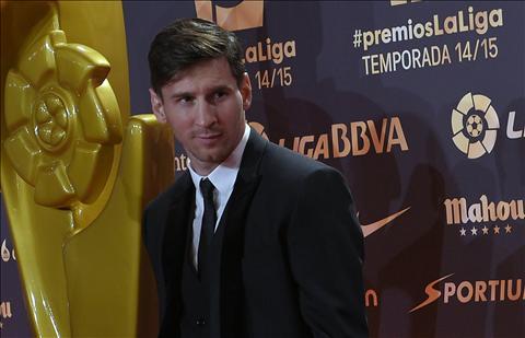Lionel Messi tiec khi Suarez bi loai khoi top 3 Qua bong vang 2015 hinh anh
