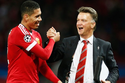 Trung ve Chris Smalling hinh anh 2