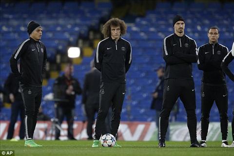 Truoc tran Chelsea-PSG Mourinho len tieng che doi thu choi ban hinh anh