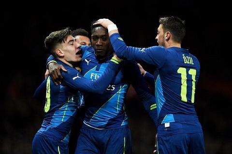 Welbeck toa sang tren hang cong Arsenal hinh anh 2