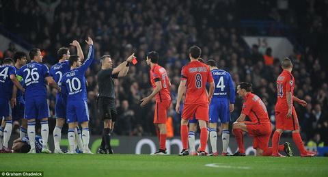 Cau thu Chelsea dang khinh khi gay suc ep de Ibrahimovic nhan the do hinh anh