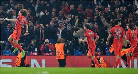 David Luiz ghi ban vao luoi doi bong cu trong tran Chelsea vs PSG hinh anh