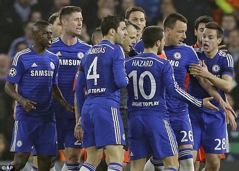 Pellegrini len an cau thu Chelsea vi chiec the do cua Ibrahimovic hinh anh
