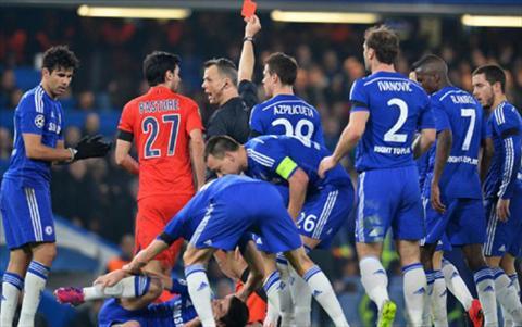 Cac cau thu Chelsea bao vay trong tai trong tran dau voi PSG