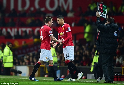 Ngo lo ca Jones va Smalling, Van Gaal se cai to hang thu M.U hinh anh