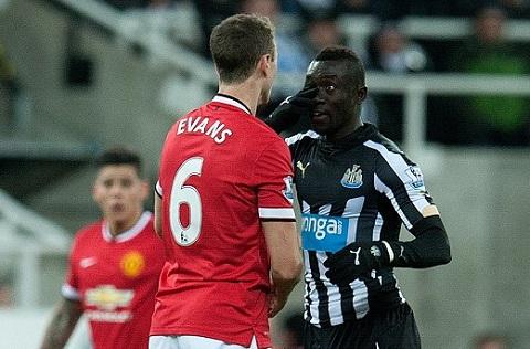Evans dinh vao scandal nho nuoc bot trong tran Newcastle vs MU hinh anh