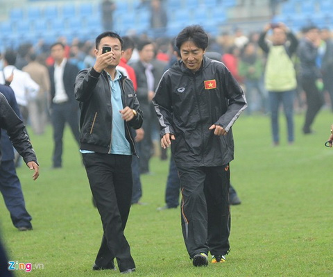 Hang cong ghi 3 ban, HLV Miura van khong hai long