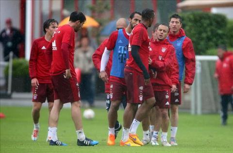LOAN O BAYERN Boateng va Lewandowski choang nhau tren san tap hinh anh 2