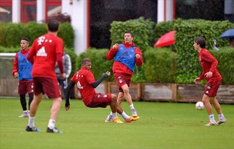 LOAN O BAYERN Boateng va Lewandowski choang nhau tren san tap hinh anh